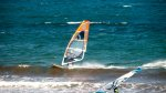 człowiek na windsurfingu